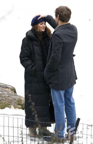 组图:莉顿寒冬拍《绯闻女孩》上演雪中拥吻戏