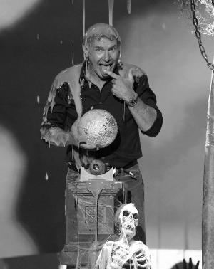 老牌男影星哈里森·福特站在一个大缸下