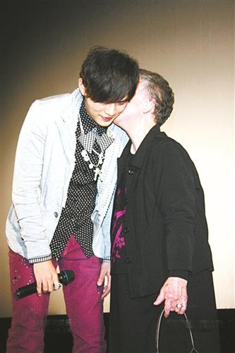 周杰伦30岁生日外婆献吻(图)