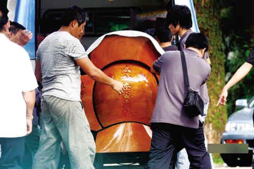 成奎安的大儿子捧着父亲的遗照,好友任达华,卢惠光,八两金等到场为
