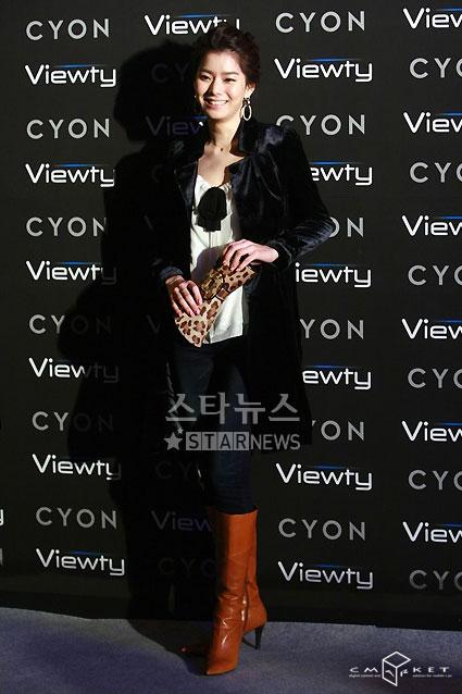 图文:韩星闪耀品牌手机秀--黄智贤拿豹纹小包
