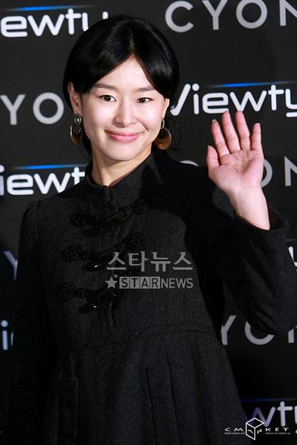 图文:韩星闪耀品牌手机秀--艺智苑微笑打招呼