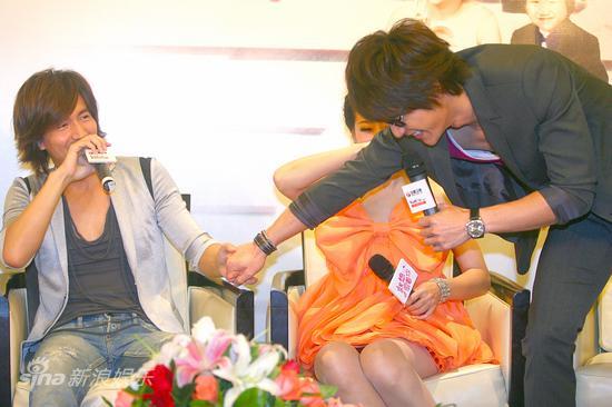 图文:《就想爱着你》发布会-两男主角握手