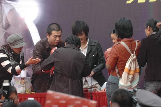 李宇春杭州签售歌迷心疼为见偶像提前休假(图)