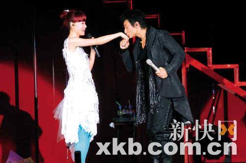 邓丽欣方力申香港演唱会结束下