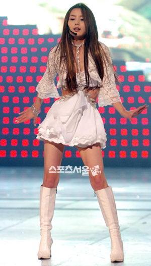 南奎丽超短裙亮相节目观众称其芭比娃娃(附图)