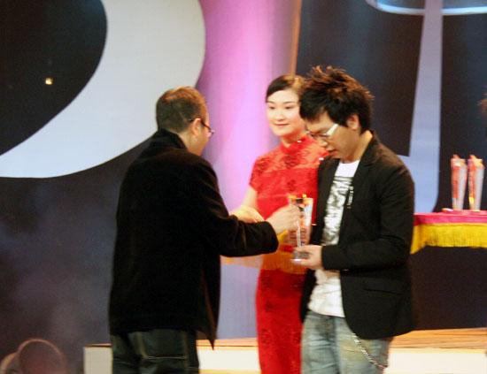 郑建鹏出席颁奖礼 与师弟蓝子上演文舞双全