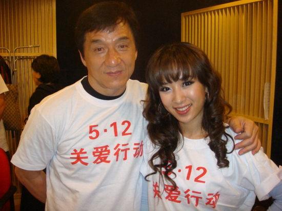 成龙监制百人合唱歌曲外籍歌手SARA同赈灾(图)