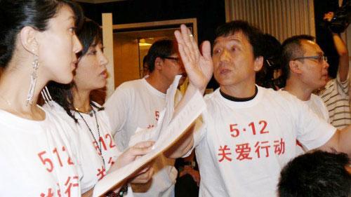 成龙带阿佳组合奉献爱心高唱公益歌曲《承诺》