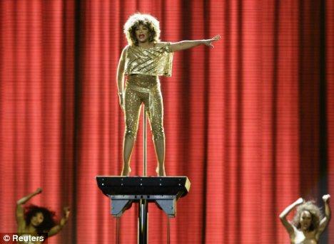 71岁蒂娜-特娜时隔9年再登台歌迷依然狂热(图)