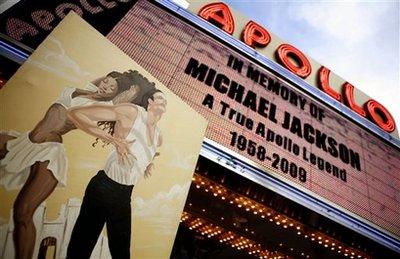 歌迷聚集阿波罗剧院纪念迈克尔-杰克逊(图)