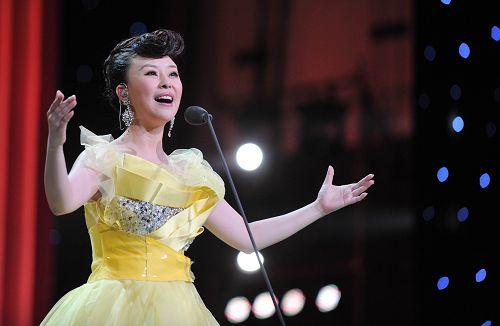 《中华颂》央视首播祖海和歌迷一起看电视