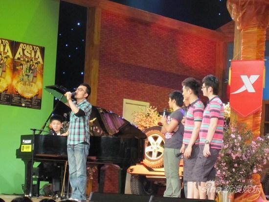 汪涵索要12岁钢琴演奏家牛牛签名专辑(图)