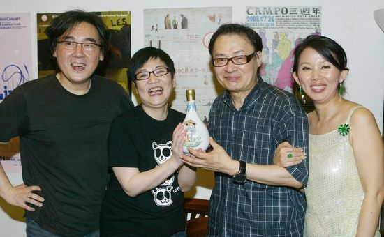 08年第19届台湾金曲奖庆功宴。左起:音乐人陈复明、主持人张小燕和陈志远夫妇 CFP 资料