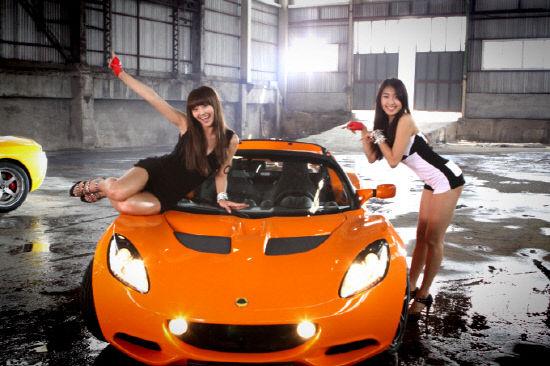 韩国女子组合SISTAR19近日变身性感赛车女郎