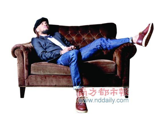 张震岳说冲浪、骑车是运动,表演是工作,只有写歌才是他真正的生活。