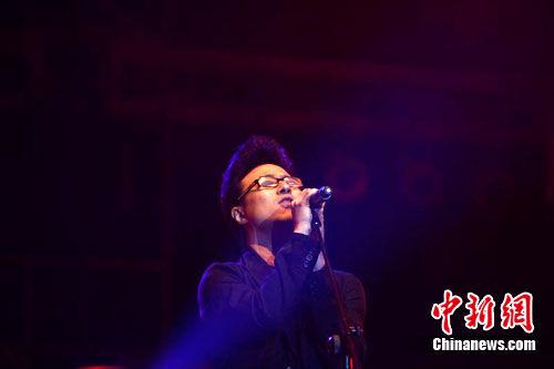张北草原音乐节汪峰深情献唱为遇难同胞默哀