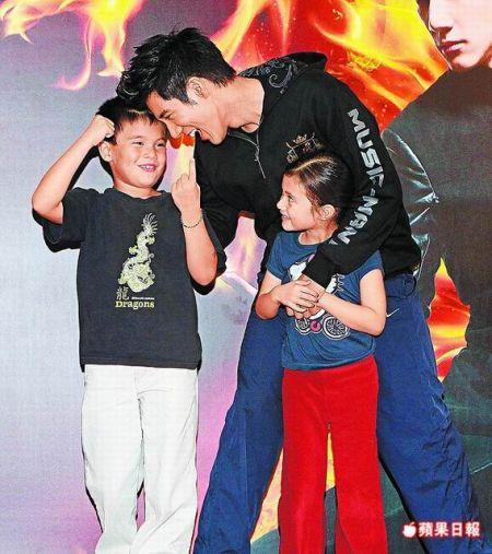 王力宏(中)前晚(11月26日)庆功宴拉着侄子(左)、侄女上台庆祝。