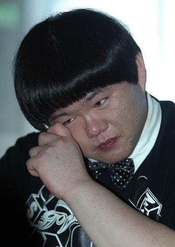 """以演唱美国女歌手惠特尼休斯顿歌曲走红的台湾歌手小胖林育群(图),12日得知惠特尼休斯顿过世的消息十分难过。他说梦想是能和她合唱,如今已不可能实现。 图片来源:""""中央社"""""""