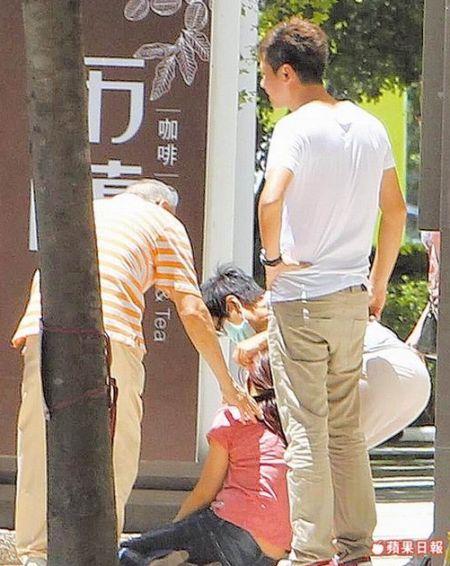 蔡小姐哭道腿软瘫坐在地