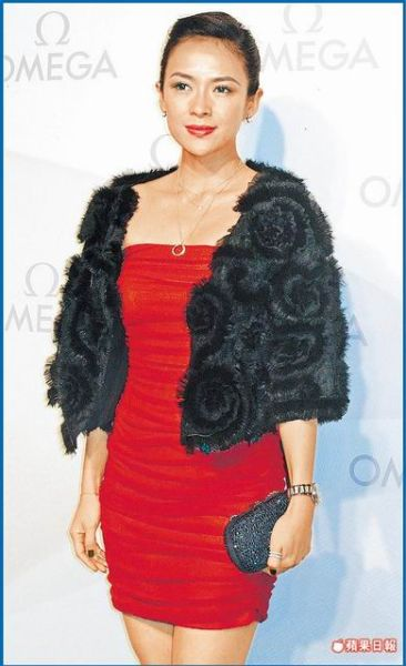 章子怡前晚(11月31日)在杭州出席活动,笑容僵硬。