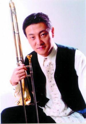 韩磊14岁起在中央音乐学院附中学习长号。