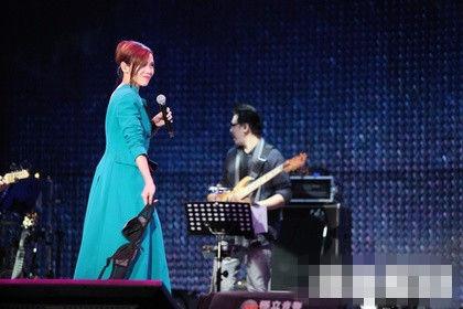 蔡健雅唱《我爱台妹》时激情丢奶罩