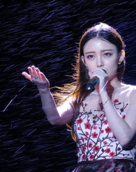 汪小敏为这次民歌节演出,精心挑选了一条拖地长裙,尽管长裙在雨水浸泡