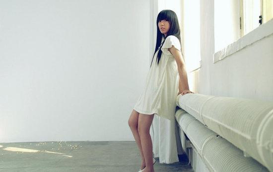 """也就是富妍孤单忧郁的身影,一方面,迎合了这张专辑抒发小女孩""""越长大"""
