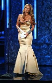 """图文:""""金色美人鱼""""碧昂斯获颁国际优秀艺人"""