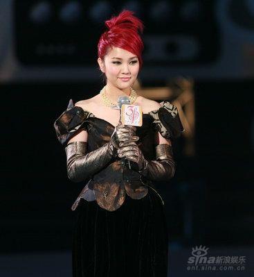图文:谢安琪换装登场演唱梅艳芳《赤的疑惑》
