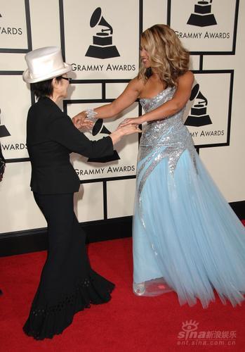 图文:碧昂丝与约翰-列侬遗孀小野洋子翩翩起舞