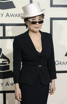 图文:小野洋子白色礼帽戴黑墨镜笑容神秘