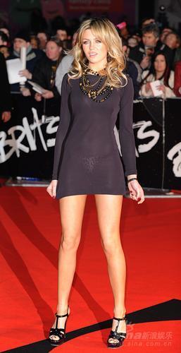 模特:美女阿比格尔自慰红毯超短黑裙秀长腿嘴捂踏上图文图片