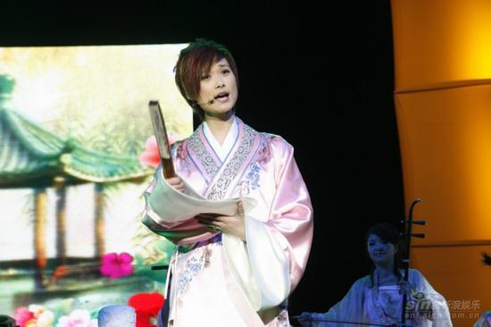 图文:李宇春上海生日音乐会托起水袖