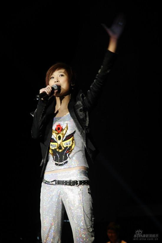 图文:李宇春上海生日音乐会高举左手