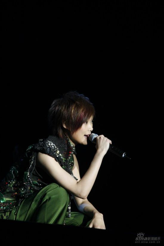 图文:李宇春上海生日音乐会唱给歌迷