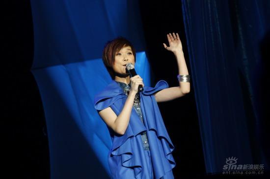 图文:李宇春上海生日音乐会向歌迷挥手