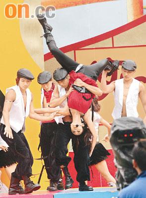 郑希怡湿滑舞台上演后空翻观众捏把冷汗(组图)