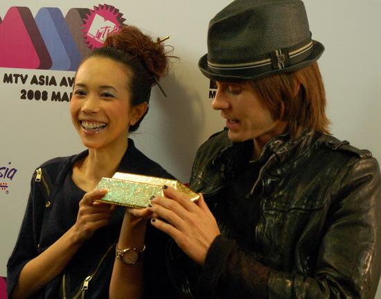 图文:MTV亚洲大奖后台--JaredLeto与莫文蔚