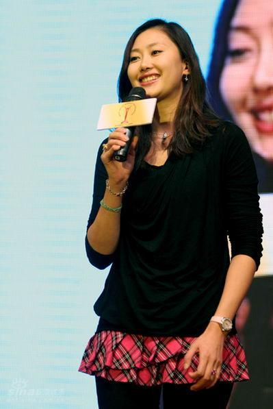 图文:台北群星汇官网-谢东娜代表内地模特发言