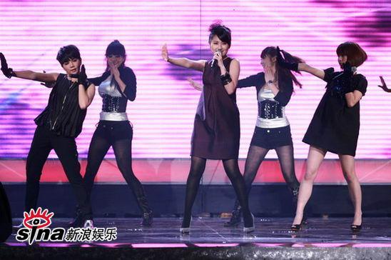 图文:中歌榜典礼现场-S.H.E舞姿舒展