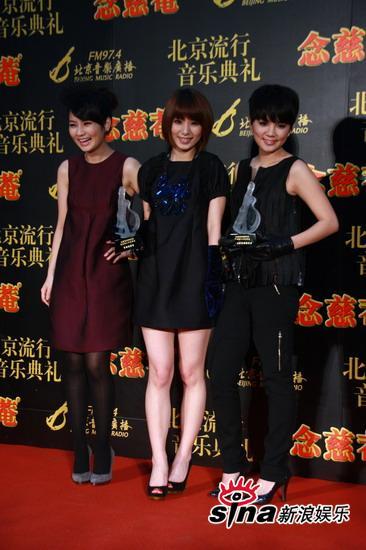 图文:中歌榜后台--S.H.E姐妹三人不怕冷