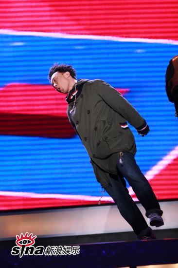 图文:中歌榜现场--陈奕迅高难度跳跃