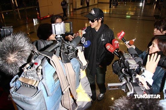 图文:王力宏炸弹惊魂--机场媒体很多