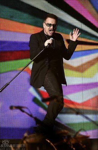 图文:全英音乐奖现场--U2乐队主唱Bono献唱