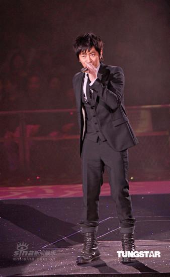 图文:香港歌后静婷演唱会--孙耀威帅气开唱