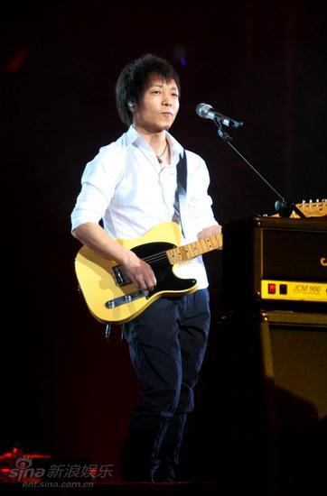 图文:许巍2009北京个唱-许巍信步登场