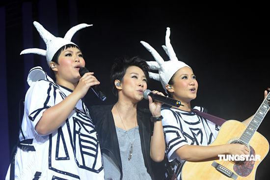 组图:at17香港开唱林忆莲担任嘉宾大抢风头