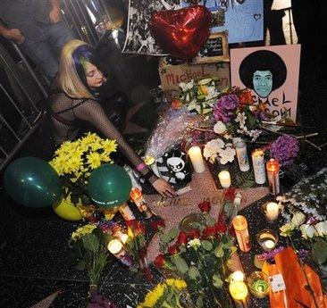 图文:全球歌迷悼念杰克逊--歌迷鲜花